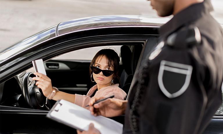 policia pide la licencia de mi carro
