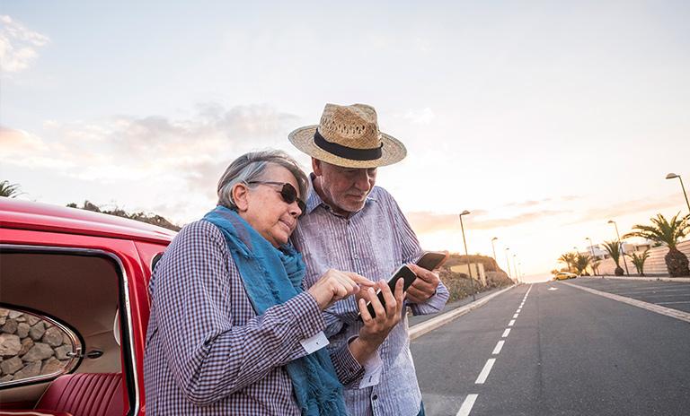 pareja mayor con un celular