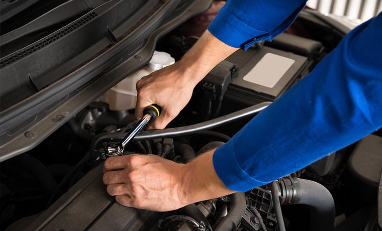 mecánico aplicando trabajo para lograr autos seguros