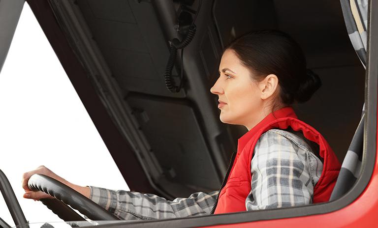 mujer manejando camionetas pickup