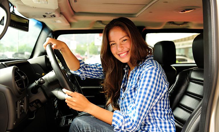 mujer sonriendo en camionetas pickup