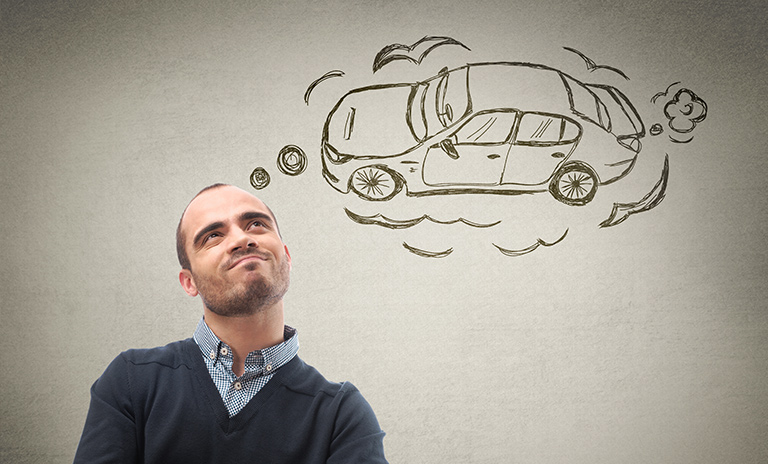 hombre pensando en adquirir uno de los carros en venta mitsubishi