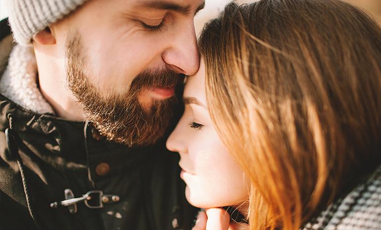 dos personas gozando los beneficios de viajar en pareja