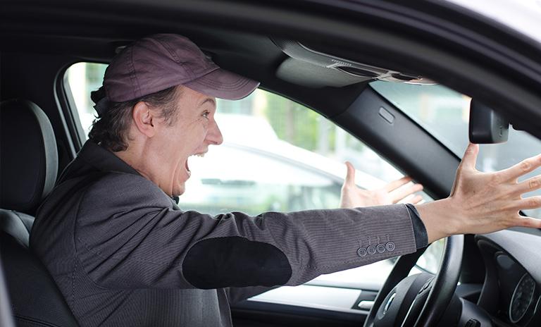 Hombre estresado al volante