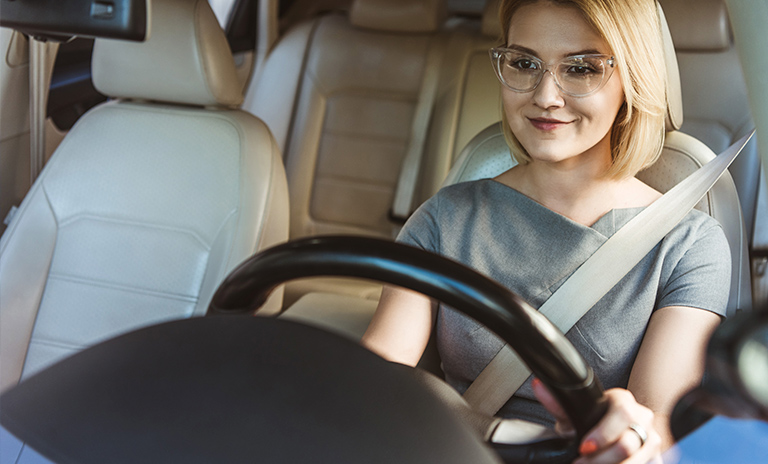 Mujer que sabe cómo evitar el estrés al conducir