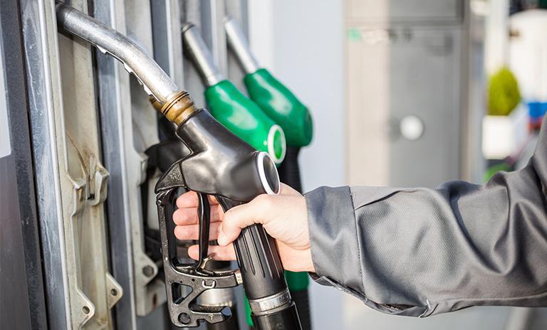 Mujer cargando gasolina para camionetas y camperos