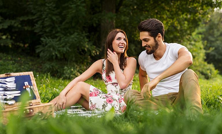 Disfrutando de un picnic romántico entre risas