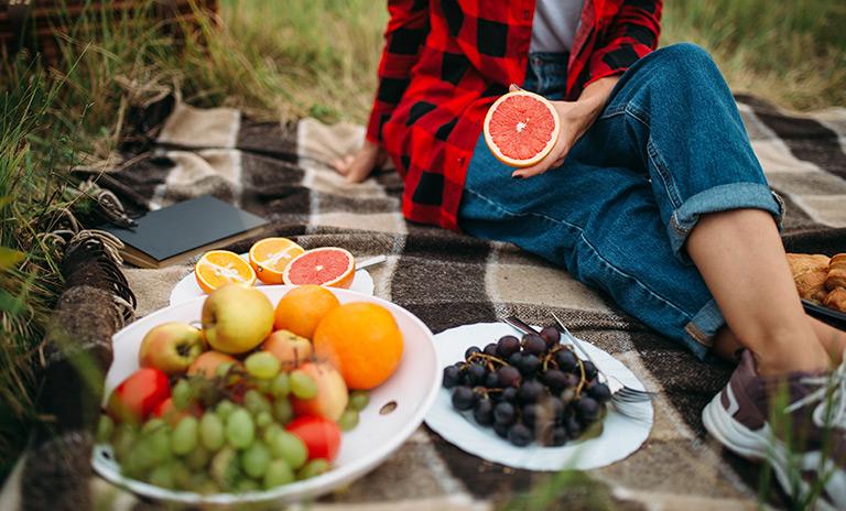 mujer sentada disfrutndo de un picnic romántico