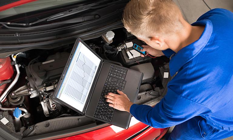 Técnico revisando un auto en medio de la campaña de seguridad
