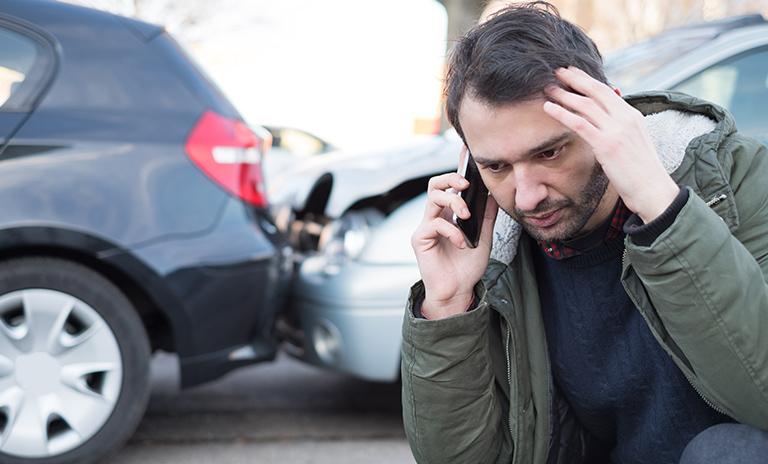 persona contrariada por haber cometido una infracción de tránsito