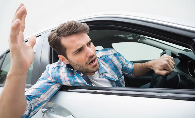 hombre protestando por una infracción de tránsito