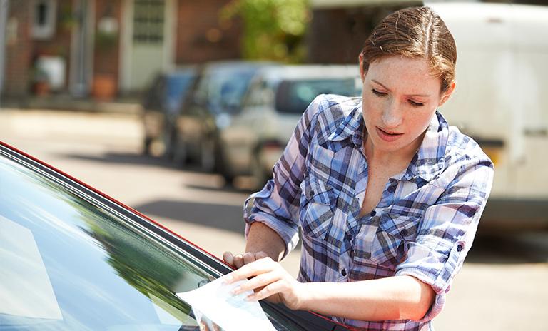 Mujer recibiendo una infracción de tránsito