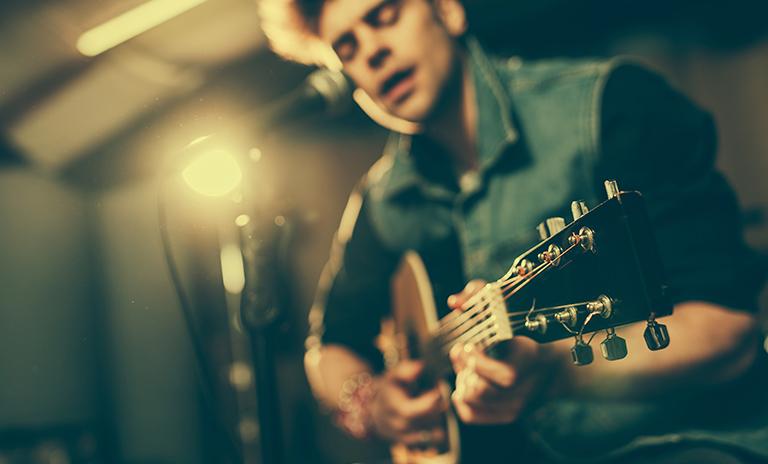 hombre tocando balada