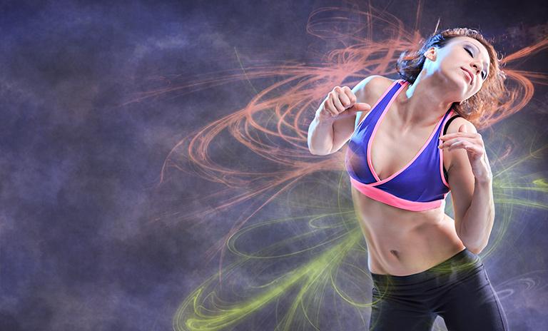 Mujer baila playlist de reggaetón