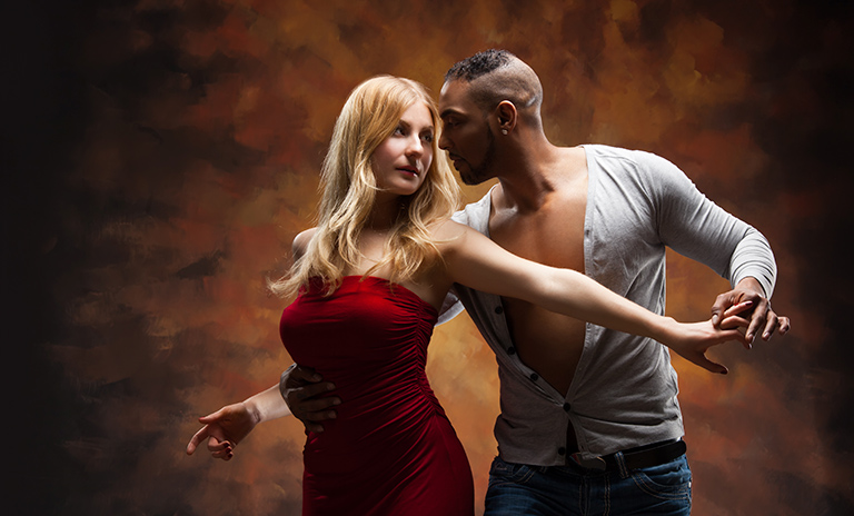 Una pareja bailando un playlist salsero