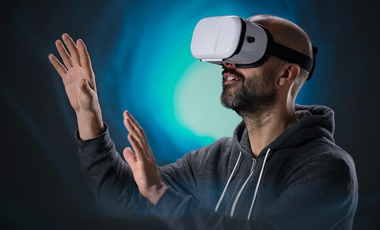 Hombre sintiendo las camionetas Mitsubishi Motors en realidad virtual