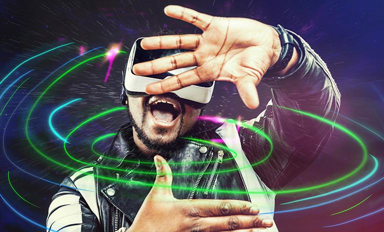 hombre girando dentro de las camionetas en realidad virtual