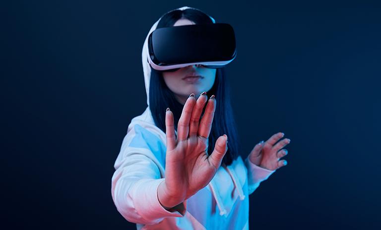 mujer explorando camionetas en realidad virtual