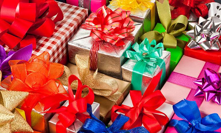 un montón de regalos para comprar en navidad