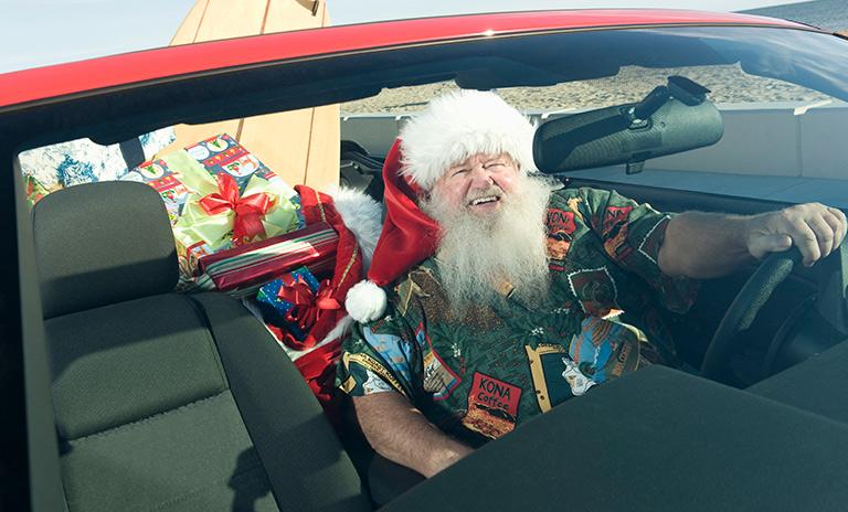 Santa paseando en su convertible rojo