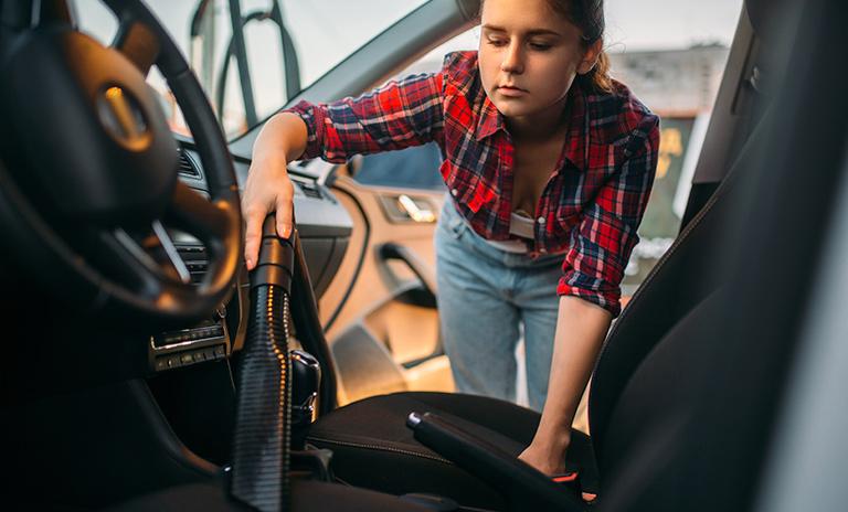 Puedes limpiar tu auto con una aspiradora