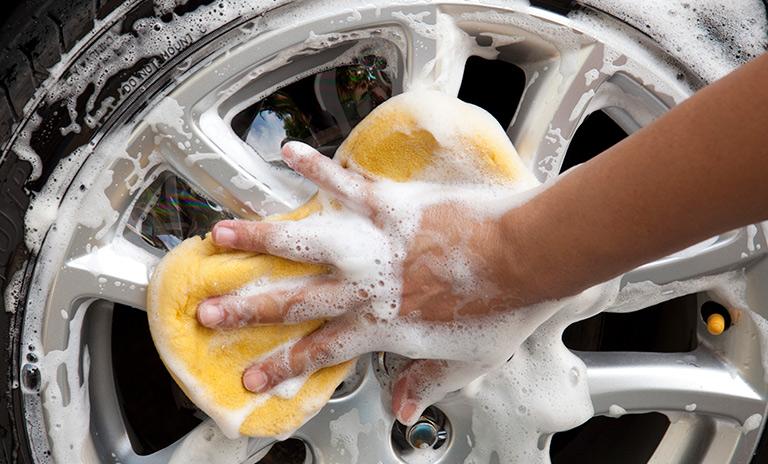 Limpiando los rines del vehículo