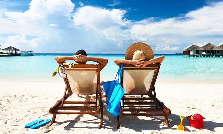 una pareja disfrutando su viaje a la playa