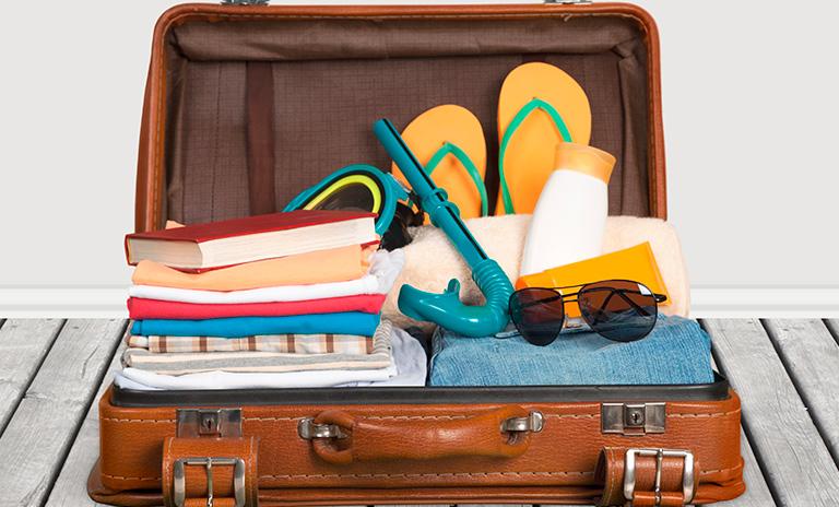 maleta para un viaje a la playa con todo lo necesario