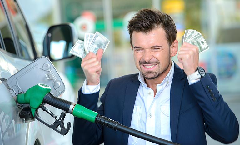 Persona que no sabe cómo ahorrar gasolina
