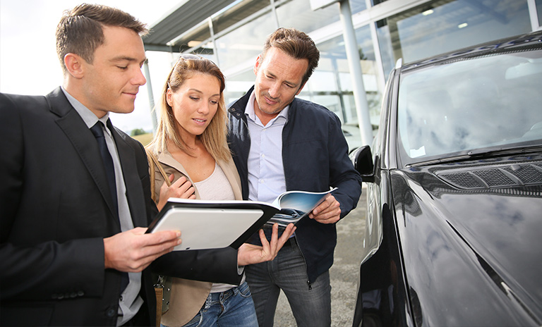Hombre mostrando las ventajas de comprar carro nuevo