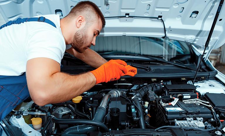técnico de express service revisando el motor