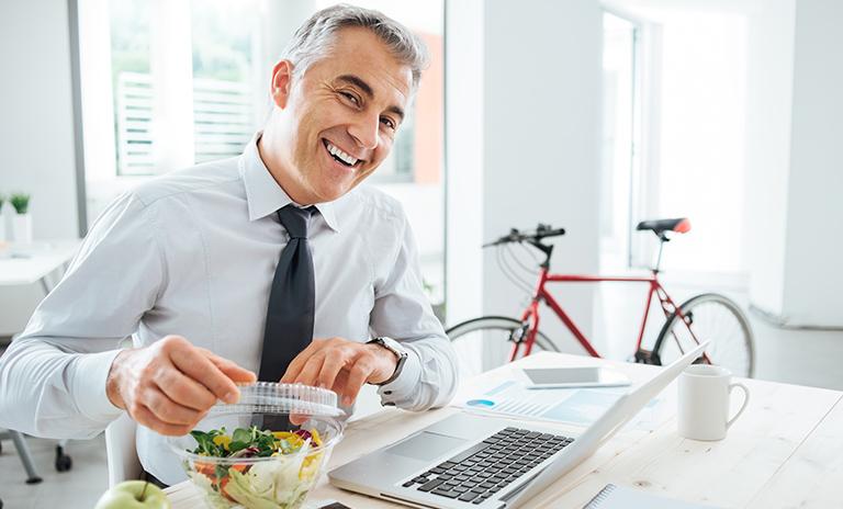 hombre llevando una alimentación saludable
