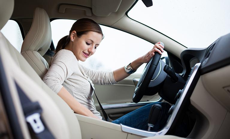 mujer buscando una dirección en aplicaciones de navegación GPS
