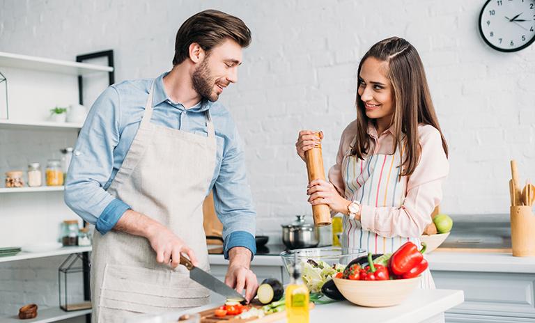 Cocinar en pareja es una actividad muy estimulante