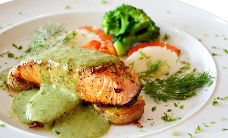 El salmón con guacamole es una excelente receta para cocinar en pareja