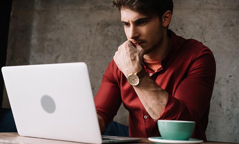Hombre leyendo tips para controlar la ansiedad.