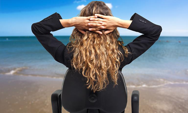 Mujer imaginando para controlar la ansiedad