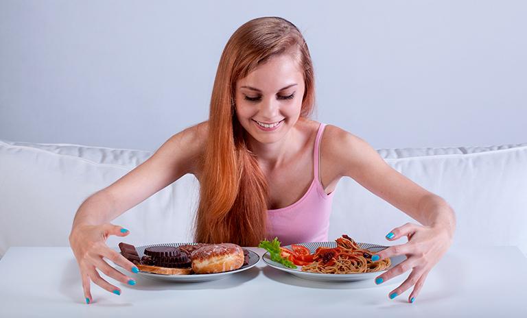 Mujer haciendo atracones de comida