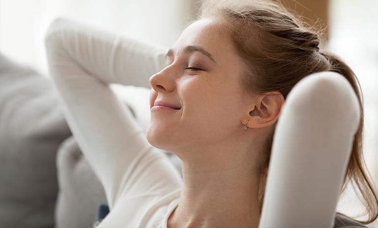 Mujer aplicando respiración para controlar la ansiedad