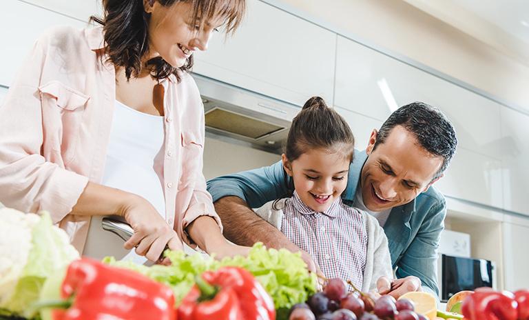 Familia alimentándose para el cuidado personal