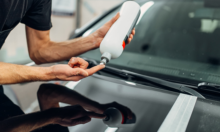 Hombre encera para cuidar la pintura del carro
