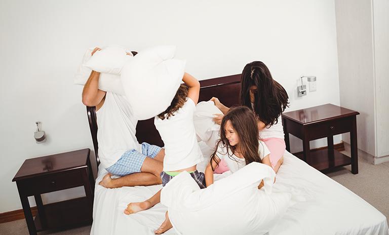 juegos para niños en casa como peleas de almohada
