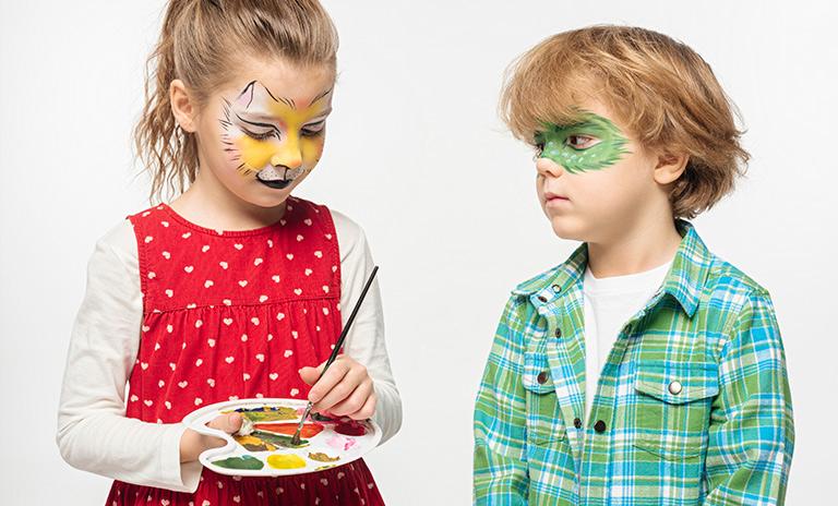 niños haciendo manualidades en casa