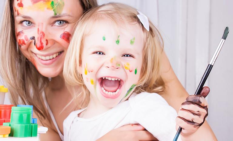 mama e hija disrutando manualidades en casa