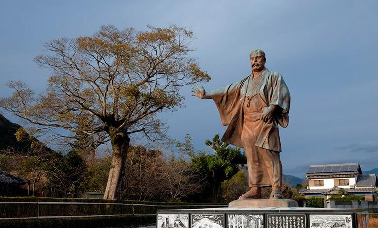 Estatua de Yataro Iwasaki fundador de Mitsubishi