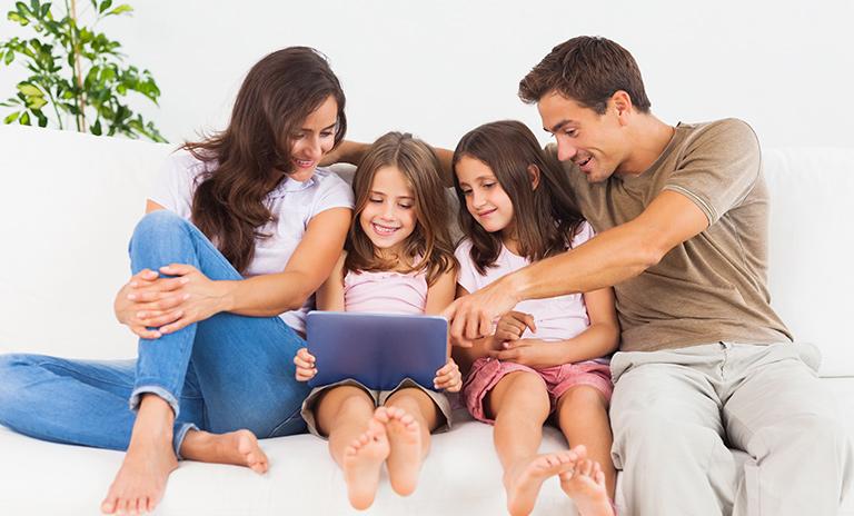 Familia que se quedó en casa y navega la web de Mitsubishi