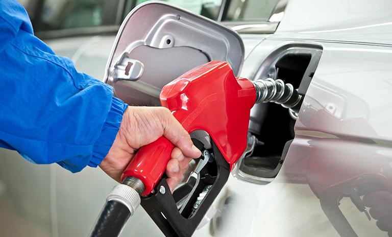 Persona echando combustible en una de nuestras camionetas