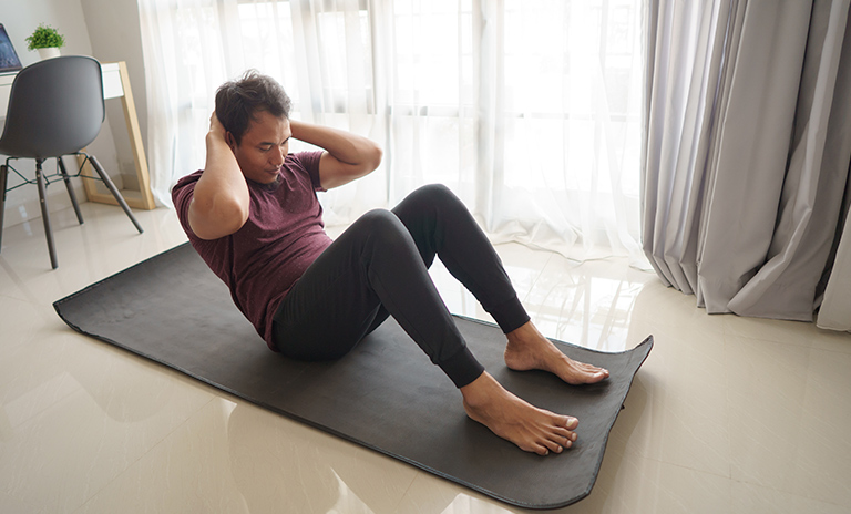 hombre practica abdominales tipo crunch
