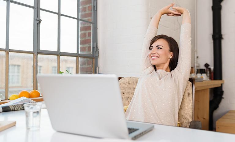 Mujer estirándose para hacer una pausa activa laboral