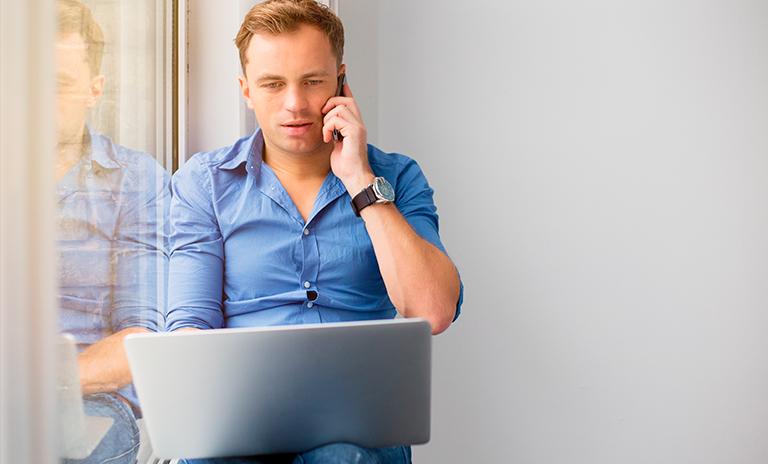 Hombre siguiendo los consejos para mantener la productividad trabajando desde casa